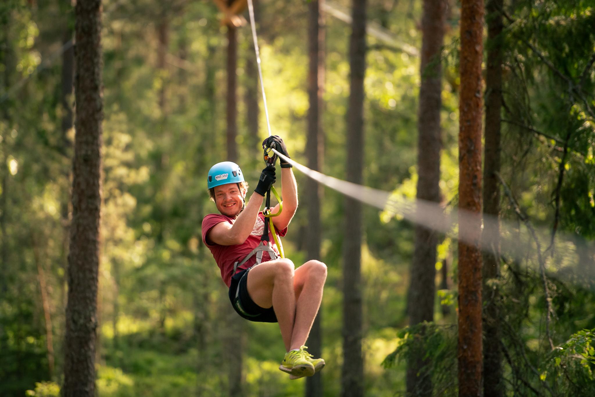 Åka zipline genom skogen